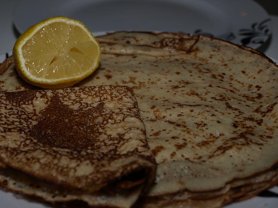 crêpes with sugar and lemon
